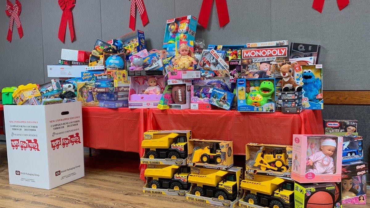 Una mesa de Toys for Tots repleta de juguetes.